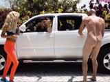 Hijos de puta mis amigos, me dejan desnudo en plena calle
