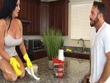 La mujer que limpia la casa tiene unas tetazas tremendas..
