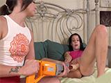 Amigas viciosas se masturban con máquinas y juguetes !!
