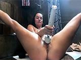 La pornostar Tori Black se masturba en el baño de casa