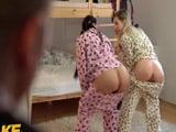 Las chicas se montan una fiesta de pijamas .., y que culos !!