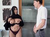 Mujer árabe madura me enseña las tetas, que polvo tiene !!